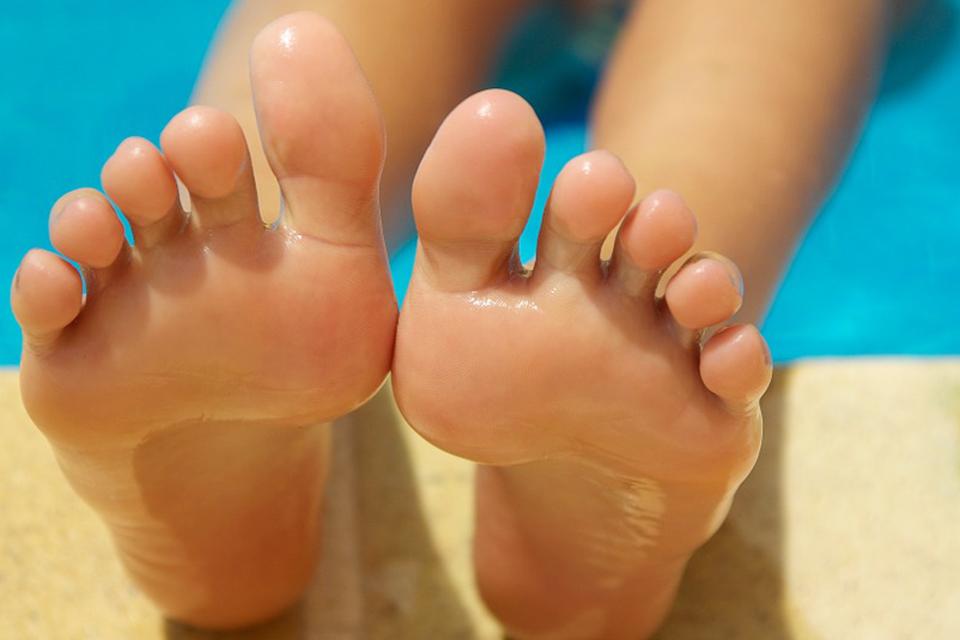 雙腳癢到抓不停!是香港腳還是汗皰疹? 足癬vs.汗皰疹關鍵在接觸黴菌