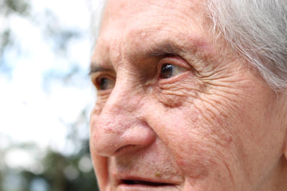 家有失智症患者身心可能俱疲 6步驟幫助照護者減輕壓力
