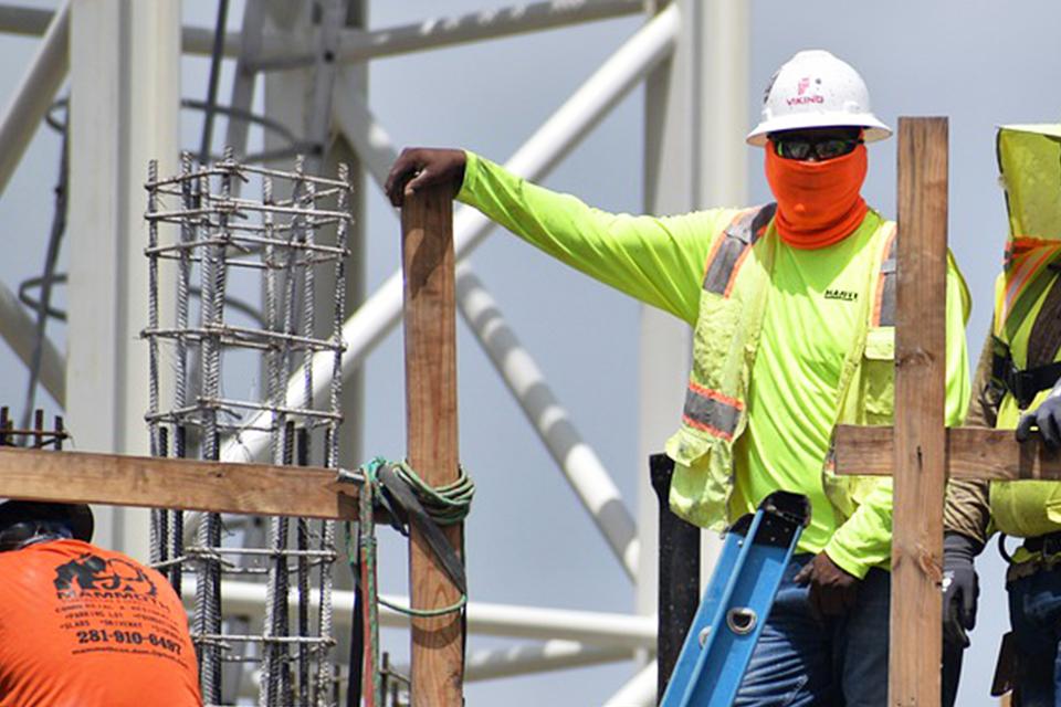 慢性腎病工人烈日戴口罩、少喝水引發熱衰竭 合併橫紋肌溶解症嚴重恐致命